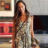 Wundervoll sommerlich wirkt Ana Ivanovic in einem Kleid mit floralem Print. Der Schnitt ist dabei besonders schön. An den Trägern sowie in der Taille lässt es sich binden, der Rock fällt in zauberhaften Falten und der herzförmige Ausschnitt versprüht den romantischen Touch.