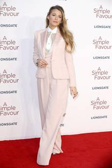 """Blake Lively kann es einfach nicht lassen: Aktuell sieht man die hübsche Schauspielerin eigentlich ausschließlich in stylischen Hosenanzügen und damit macht sie alles richtig. Zur UK-Premiere von """"A Simple Favour"""" strahlt Blake in einem edlen Hosenanzug in Rosétönen von Ralph Lauren."""