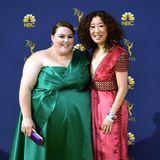 Satin in Grün und Rot: Chrissy Metz und Sandra Oh