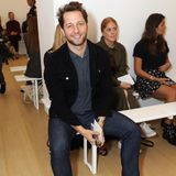 Derek Blasberg lächelt in der Front Row von Emilia Wickstead für die Fotografen. Kaum eine Fashion Week findet ohne den smarten Kolumnisten statt, er kennt wirklich jeden!