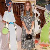 Millie Mackintosh posiert beim Press Day vonGiles undAspinal für die Fotografen. Mit ihrem gemusterten Kleid, den derben Boots und einer Mini-Bag liegt sie voll im Trend.