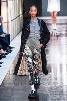 Auch Jourdan Dunn zählt zu den Models, die die Entwürfe des neuen Burberry-Designers präsentieren. Das klassische Muster darf auch in dieser Kollektion nicht fehlen.