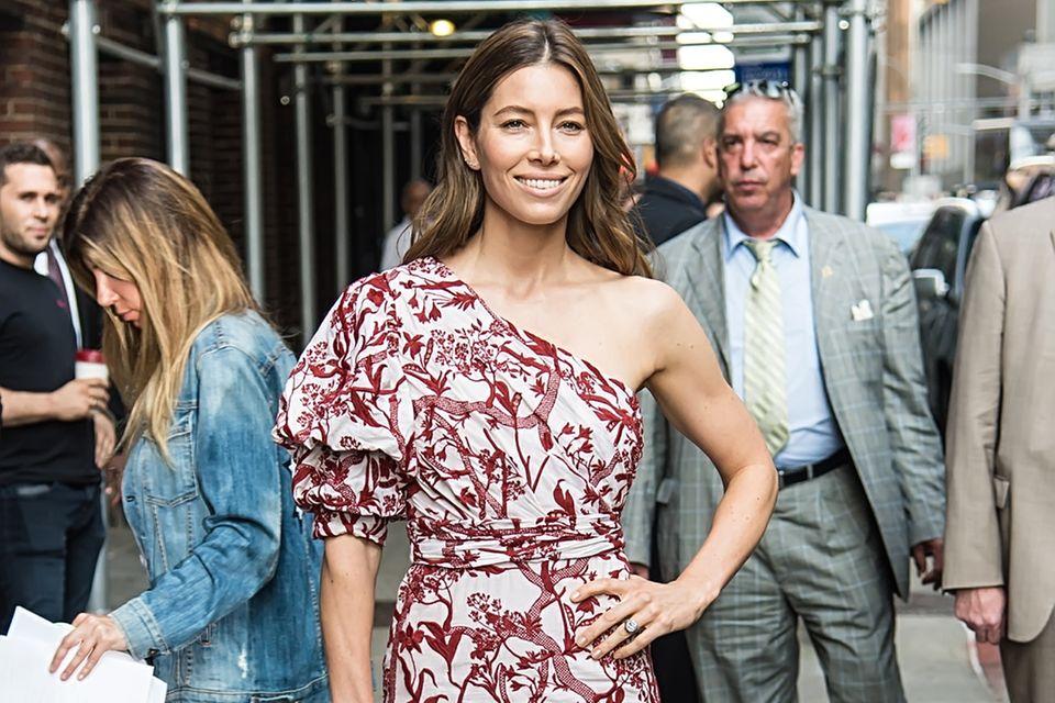 Jessica Biel kombiniert zum One-Shoulder-Dress weiße Heels