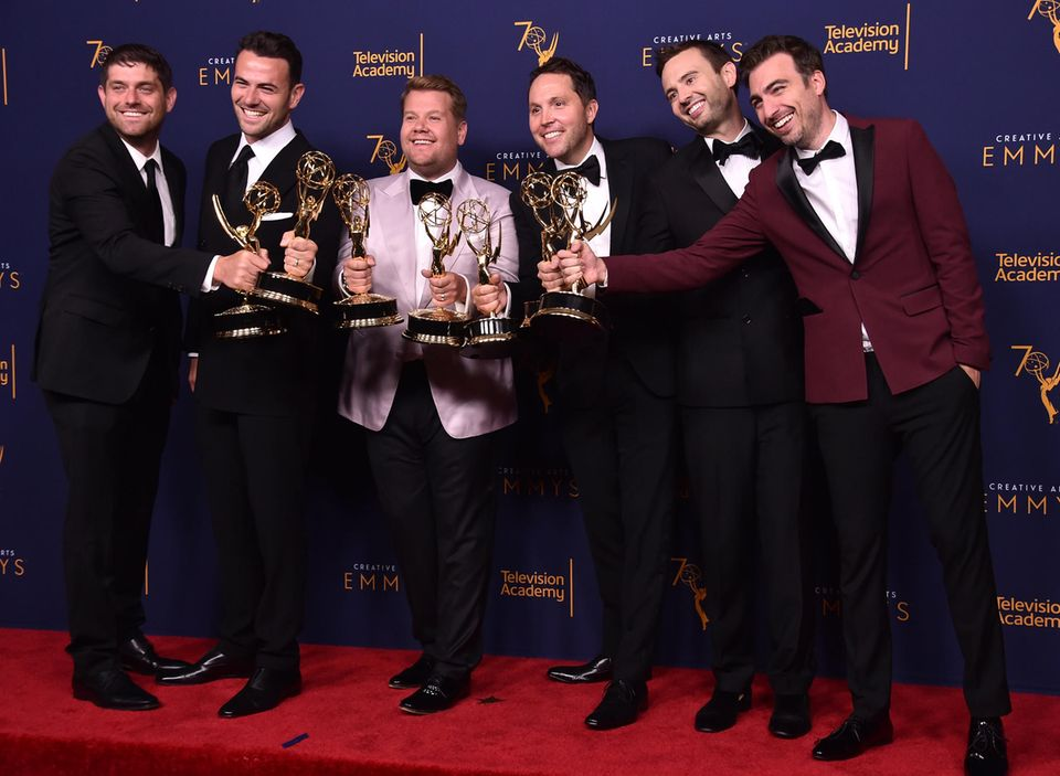James Corden (3. v. l.) und sein Produktionsteam präsentieren stolz ihre Emmys.
