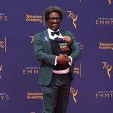 """""""Familie gehört zusammen"""", steht auf der Babytrage geschrieben. KomikerW. Kamau Bell nimmt es damit vielleicht etwas zu genau. Vielleicht hat er auch einfach nur keinen Babysitter gefunden."""