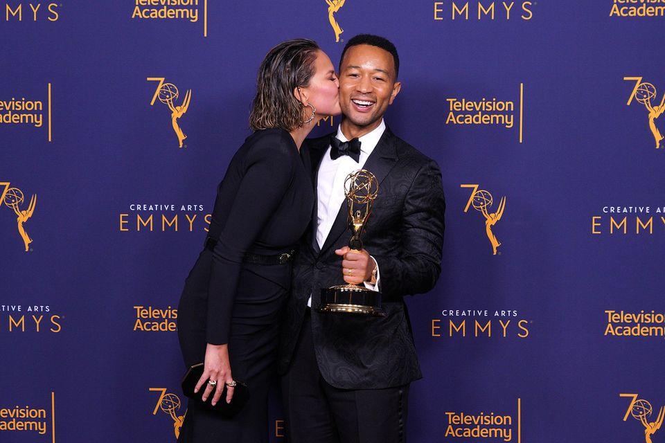 """Für sein Musical """"Jesus Christ Superstar Live in Concert'"""" hat John Legend einen Emmy erhalten. Ehefrau Chrissy Teigen gratuliert mit einem dicken Schmatzer."""