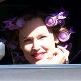 Wer schaut denn da aus demheruntergelassenenAuto-Fenster? Jennifer Garner gönnt sich trotz einiger privaterSorgenmit Noch-Ehemann Ben Affleck eine Beauty-Behandlung beim Friseur. Mit Lockenwicklern auf dem Kopf fährt die Dreifach-Mamanoch mal eben kurz die Kinder von der Schule abholen und schaut dabei freudig in die Kamera der Fotografen - sehr sympathisch, liebe Jennifer!