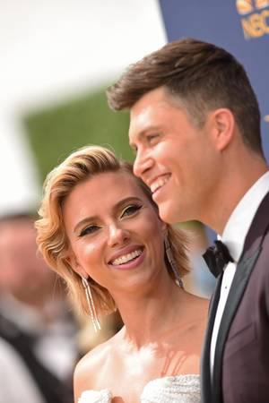 Hollywoodstar Scarlett Johansson strahlt ihren Freund, einen der Moderatoren der Emmy-Verleihung,Colin Jost an.