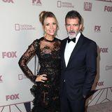 Banderas-Freundin Nicole Kimpel entzückt ihren Antonio bei der Fox-Party im schwarzen Spitzenkleid.