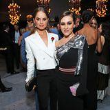 """In Schwarz, Weiß und Silber geben die """"Insatiable""""-DarstellerinnenDebby Ryan und Alyssa Milano bei der After-Show-Party von Netflix ein stylisches Duo ab."""