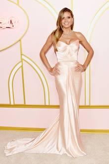 Für die Emmy-Party vonAmazon Prime Video hat Heidi Klum sich nicht extra umgezogen. Es wäre auch viel zu schade gewesen, das roséfarbene Traumkleid von Zac Posenbei den Emmy Awards selbst nur kurz zu sehen,