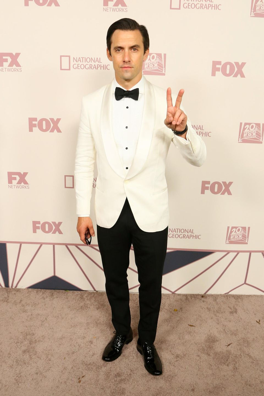 Milo Ventimiglia wirdim weißen Smoking auf der Emmy-Party von Fox angeschmachtet.