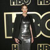 Jenna Elfman versteckt ihren silbernen Glamour-Look unter einem schwarzen Blazer.