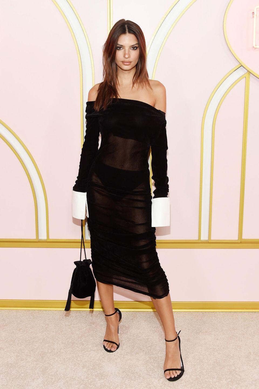 Nicht überraschend freizügig feiert Emily Ratajkowski im durchschimmernden Kleid von Jourden gleich auf mehreren Emmy-Partys.