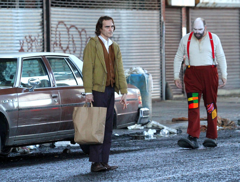 """Seit diesem Monat wird in New York der Streifen """"Joker"""" gedreht, in dem es inhaltlich darum gehen soll, wie der Joker überhaupt zum Joker wurde. Hauptdarsteller der legendären Rolle des """"Batman"""" Bösewichts ist der Schauspieler Joaquin Phoenix.Viel ist über den neuen Joker-Film noch nicht bekannt. Nur, dass es darin um einen gescheiterten Stand-Up-Comedian in der 80er-Jahren gehen soll, der nach und nach zum Joker und dabei bitterböse wird."""