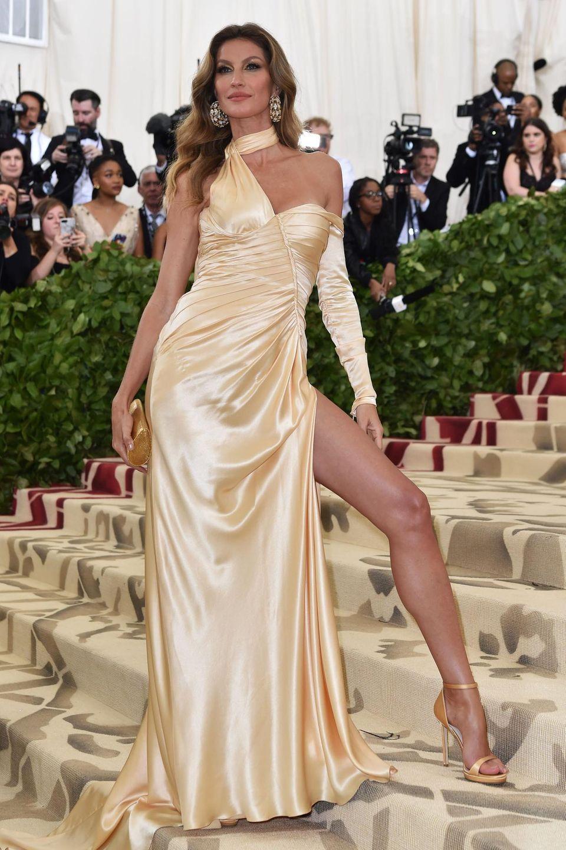 """Wie sexy Nachhaltigkeit sein kann, beweist Gisele Bündchen bei der Met Gala 2018. Im Zuge der """"Green Carpet Challenge"""" von Livia entscheidet sie sich für ein Versace-Kleid, das komplett aus organischen Materialien gefertigt wurde."""