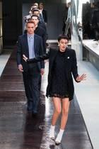 Oh, oh das schaut nach einer Wackelpartie auf dem Laufsteg aus. Während der Burberry-Show auf der London Fashionweek kann sich ein Model auf dem glatten Boden kaum halten.