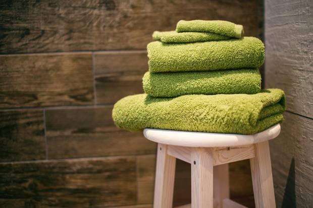 Denken Sie beim Sauna-Besuch immer auch an ein Handtuch. Damit lässt sich nicht nur die Wärme besser und gleichmäßiger Verteilen, das Tuch dient auch der Hygiene.