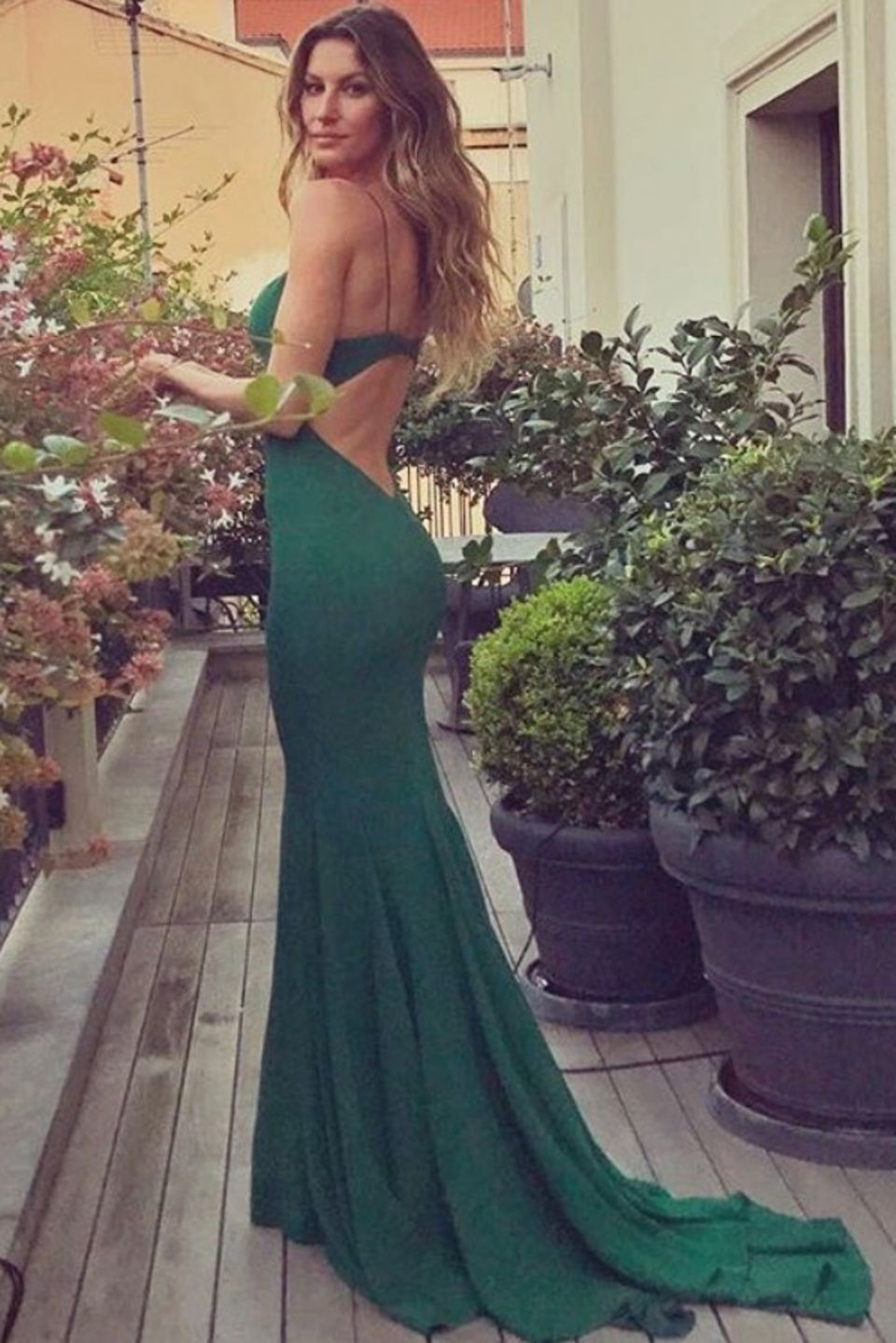 """Die Met gala ist für Gisele Bundchen nicht der erste Anlass, bei dem sie Livia unterstützt. Sie ist im September 2017 ebenfalls Gast der """"Green Carpet Fashion Awards"""" in Italien. Ihr Kleid von Stella McCartney ist dabei komplett aus Viskose hergestellt, die ihren Ursprung in nachhaltig zertifizierten Wäldern Schwedens hat."""