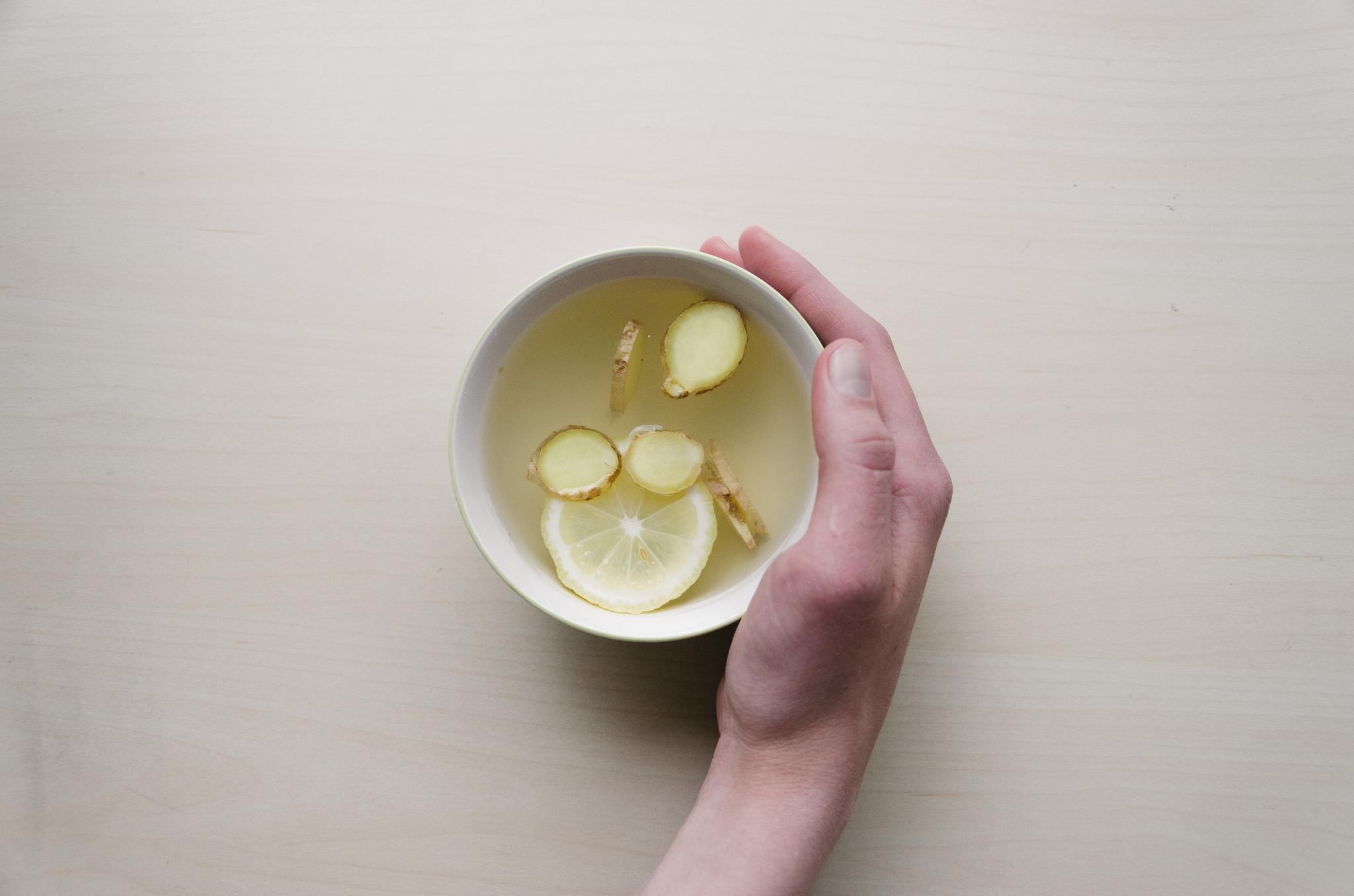 Nicht vergessen: Auch ein einfacher Tee (wie hier aus Ingwer- und Zitronenscheiben) kann bei einer Erkältung schon Wunder bewirken.