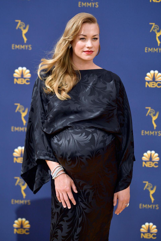 SchauspielerinYvonne Strahovski (The Handmaid's Tale) zeigt sich schön schwanger.