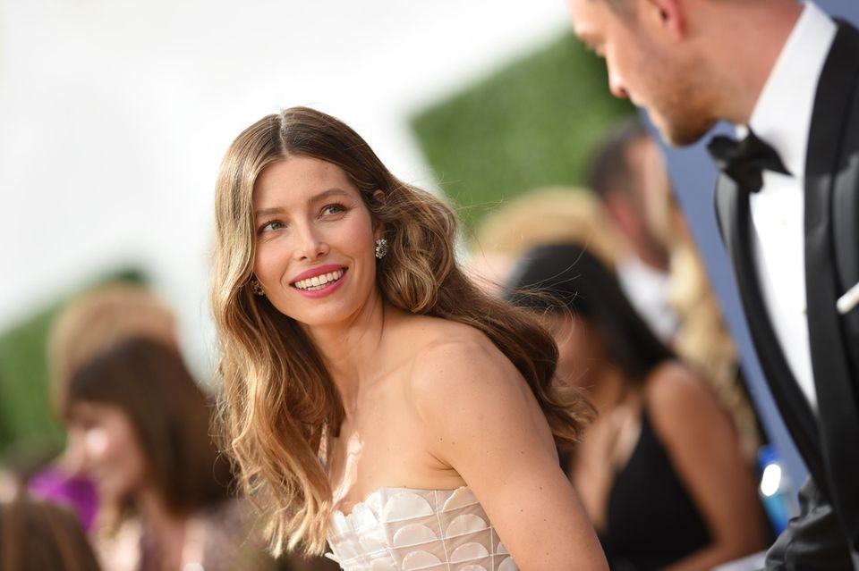 Die nominierte Jessica Biel (The Sinner) schaut verliebt in Richtung ihres Ehemannes Justin Timberlake.