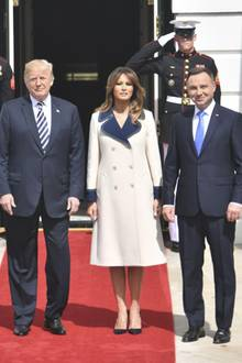 Raus aus dem Schatten, rein in die Sonne: Hierdürfte Melania Trump ziemlich ins Schwitzen geraten. Ihr Mantel ist nämlich komplett aus Wolle, die Temperaturen liegen bei 27 Grad Celsius. Diese 3.400 Euro hätte die First Lady auch besser investieren können - zum Beispiel in eine Sonnenschutz-Initiative.