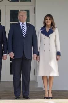 Mitte September 2018:Gerade ist im Weißen Haus Polens Präsident Duda zu Besuch. Da möchte Melania Trump erst recht zeigen, was sie für eine einflussreiche, stilvolle Frau ist und wählt einen zweireihigen Mantel von Gucci aus. Solange sie sich unter dem Vordach des Mittelbaus aufhält, ist daran auch nichts verkehrt. Einen Schritt nach vorne sollte sie jedoch treten...
