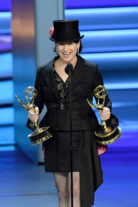 """Die große Gewinnerin des Abends:Amy Sherman-Palladino, Schöpferin der """"Gilmore Girls"""", stehtauf der Bühne der Emmy-Verleihung. In jeder Hand hält sie eine Trophäe – für die Kategorien """"Beste Regie"""" sowie """"Bestes Drehbuch für eine Comedyserie"""" für ihre Prime-Serie """"The Marvelous Mrs. Maisel""""."""