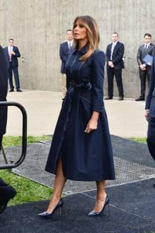 Am 11. September zieht Melania Trump zum Trauern ein Mantelkleid von Herve Pierre an, das es so noch gar nicht zu kaufen gibt. Erst drei Wochen später soll es auf den Markt kommen. Die Warteliste ist laut Hersteller bereits lang.