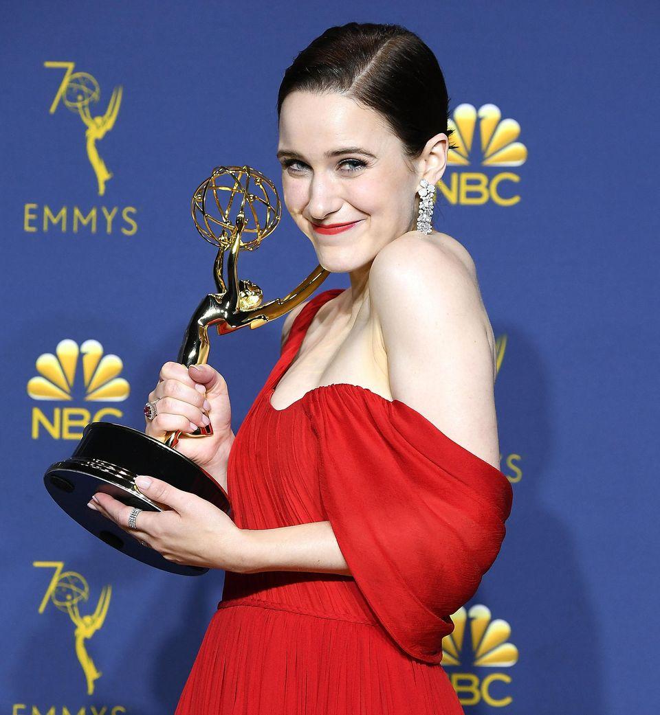 """Schauspielerin Rachel Brosnahan freut sich: Sie erhält einen Emmy in der Kategorie """"Beste Hauptdarstellerin in einer Comedyserie""""für die Titelrolle in der Serie """"The Marvelous Mrs. Maisel""""."""