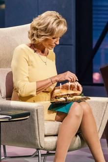 """Die Investoren Dagmar Wöhrl und Ralf Dümmel nehmen die Burger von """"Bugfoundation"""" genau unter die Lupe."""