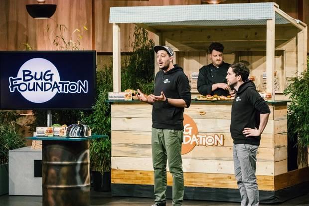 """Max Krämer und Baris Özel aus Osnabrück präsentieren mit """"Bugfoundation"""" einen Burgerpatty aus Insekten. Sie erhoffen sich ein Investment von 225.000 Euro für 7,5 Prozent der Anteile an ihrem Unternehmen."""