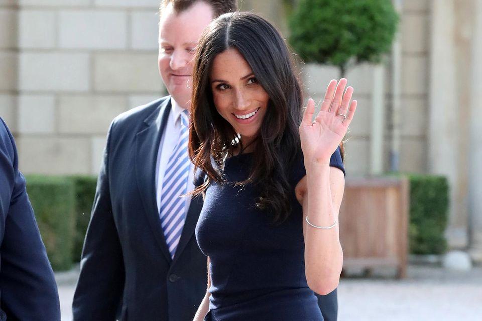 Am Abend vor ihrer Hochzeit trägt Meghan das dunkelblaue Kleid von Roland Mouret ebenfalls.