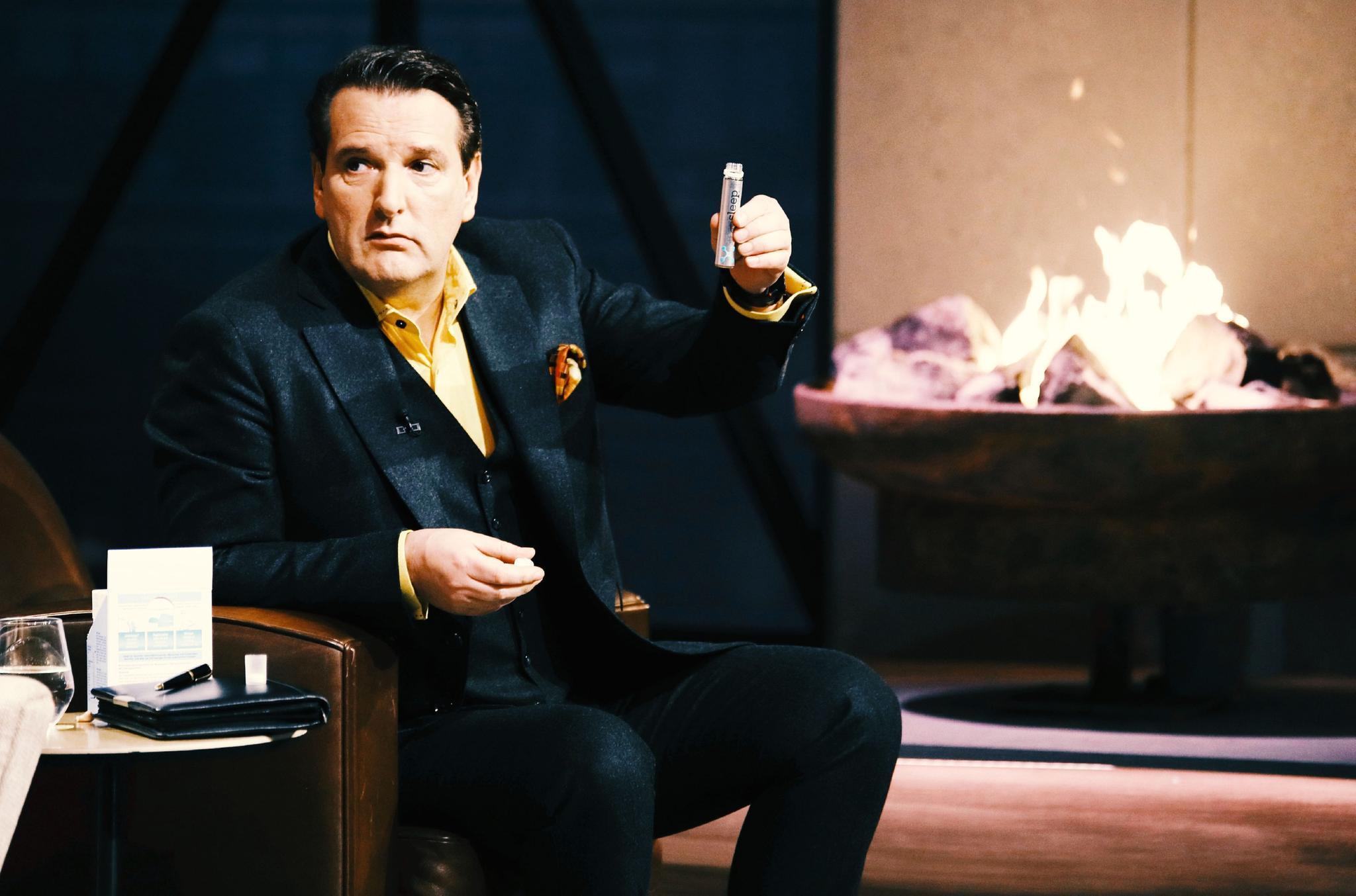 """Investor Ralf Dümmel setzt zum Test von """"Smartsleep"""" an, um wenig später gemeinsam mit Carsten Maschmeyer den größten Deal der bisherigen """"Die Höhle der Löwen""""-Geschichte einzugehen."""