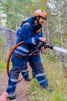 19. September 2018  Bei seinem Besuch beim norwegischen Zivilschutz packt Prinz Haakon kräftig mit an. In voller Montur ist der norwegische Kronprinz für alles gewappnet.