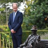 18. September 2018  Etwas skeptisch begutachtet Prinz William die Statue von Major Frank Foley, die der britische Thronfolger soeben im britischen Stourbridge enthüllt hat.
