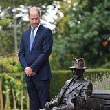 18. September 2018  Etwas skeptisch begutachtet Prinz William die Statue von Major Frank Foley, die der britische Thronfolger soeben im britischen Stourbridge enthüllt hat.