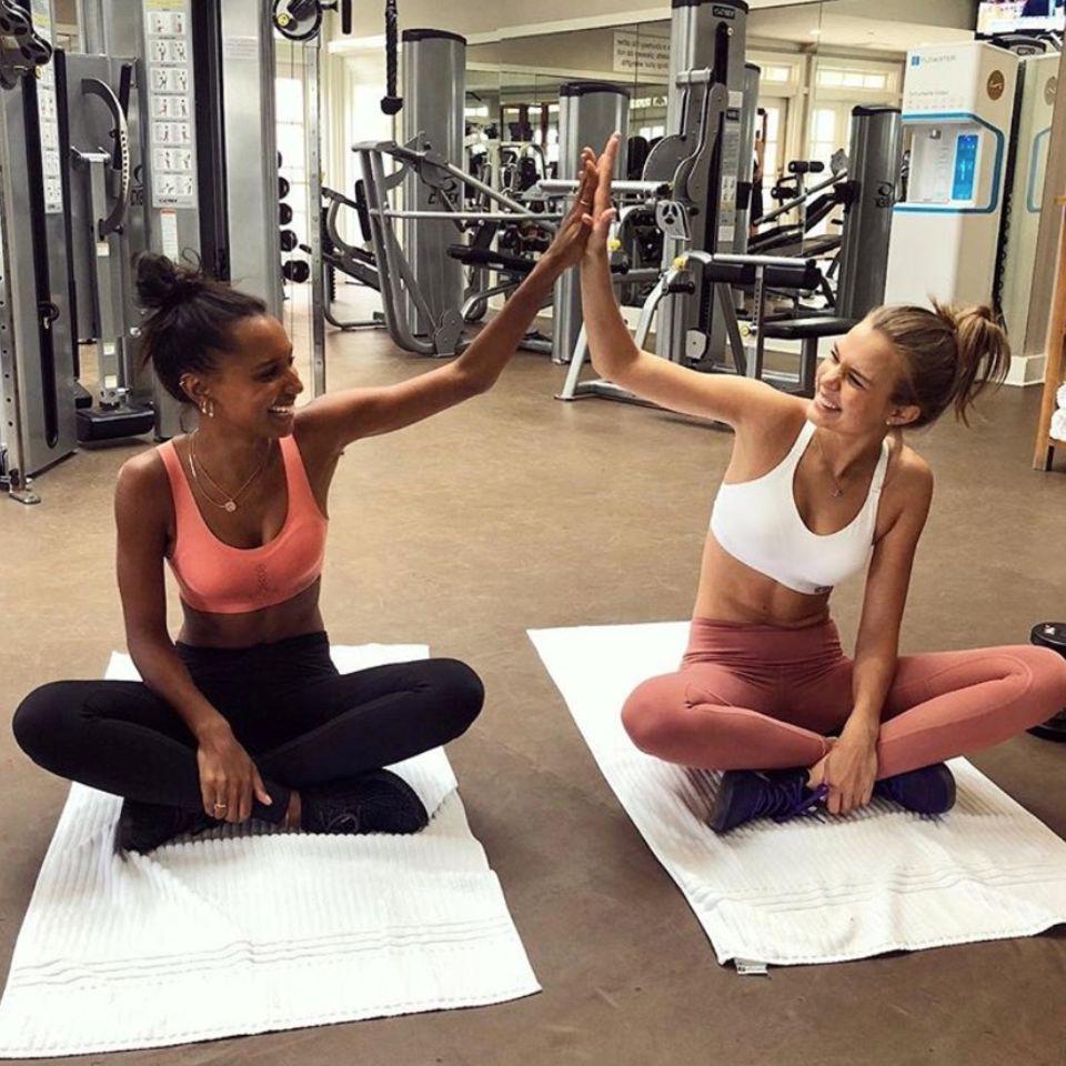 Die Modelfreundinnen Jasmine Tookes und Josephine Skriver trainieren gemeinsam für den Auftritt auf dem Catwalk.