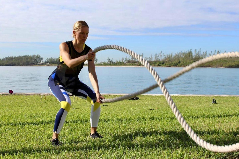 """Model Karolina Kurkova nutzt die """"Battle Ropes"""", um sich in Form zu halten."""