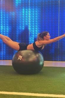 Gisele Bündchen trainiert ihren Beckenboden auf dem Gymnastikball. Das Model hält ihren Traumbody mit Sport fit für den Catwalk.
