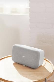 """Der """"Google Home Max"""" ist ein besonders smarter Lautsprecher. Während des Homeworkouts hört er nicht nur auf Ihre Musikwünsche, sondern passt sich auch noch demRaum an. Egal aus welcher Zimmerecke - die Tonqualität ist immer optimal."""