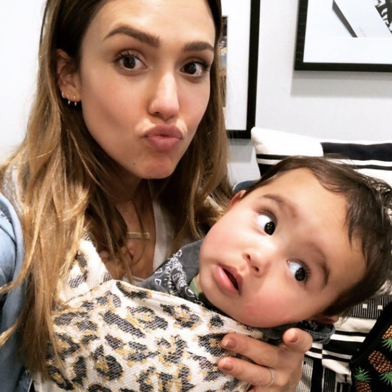 14. September 2018  Ein Küsschen für Mama? Der kleines Hayes hat aber was ganz anderes im Blick als Mama Jessica Alba
