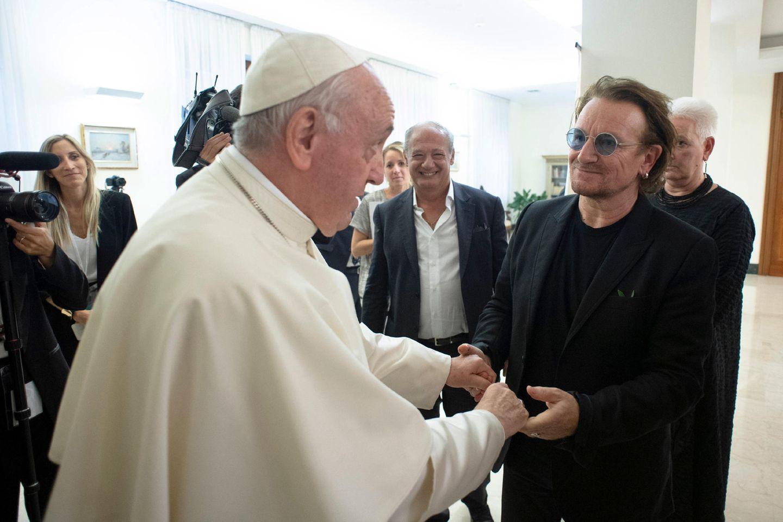 """19. September 2018  Eine Privataudienz beim Papst Franziskus hat derU2-Sänger Bono. Dabei spricht das ungleiche Duo über den Missbrauchsskandal in der katholischen Kirche in Bonos Heimat Irland.Grund des Besuchs: Bono unterstützt das päpstliche Projekt Scholas Occurrentes. Mit der Schulinitiative sollen Begegnungen junger Menschen auf der ganzen Welt gefördert werden.""""Ich glaube, er ist ein aufrichtiger Mann"""", teilt Bono der Presse nach dem Treffen mit."""