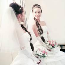 Symbolbild: Eine Braut betrachtet sich im Spiegel.