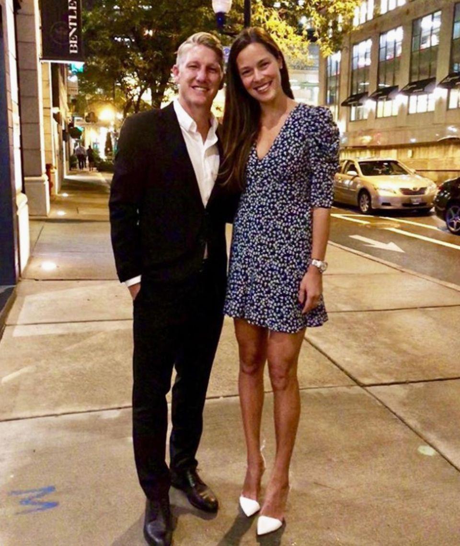 Zur Date-Night mit ihrem Basti setzt Ana Ivanovic auf ein geblümtes Mini-Kleid in Blautönen. Hingucker sind aber vor allem ihre spitzen, weißen Pumps.