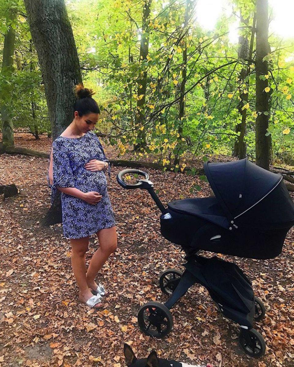 """""""Was meint ihr wann dieses Bild entstanden ist? Vor der Geburt oder danach?"""", fragt Sila Sahin ihre Follower auf Instagram. Nachdem mehrere User sie darum gebeten haben, zeigtsie mit diesem Schnappschuss selbstbewusst ihren After-Baby-Body. """"Ich sehe immer noch so aus als wäre ich im 4.,naja eigentlich wie im 5. Monat oder?"""", kommentiert sie dazu. Sila macht mit diesem Post deutlich, dass ein Sixpack direkt nach der Entbindung keine Selbstverständlichkeit ist. Eine Message, die bei ihren Fans sehr gut ankommt."""