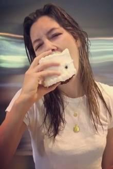 Torte zum Frühstück? Unbedingt! Jessica Biel lässt sich das kalorienreiche Sahnestückchen so richtig schmecken.