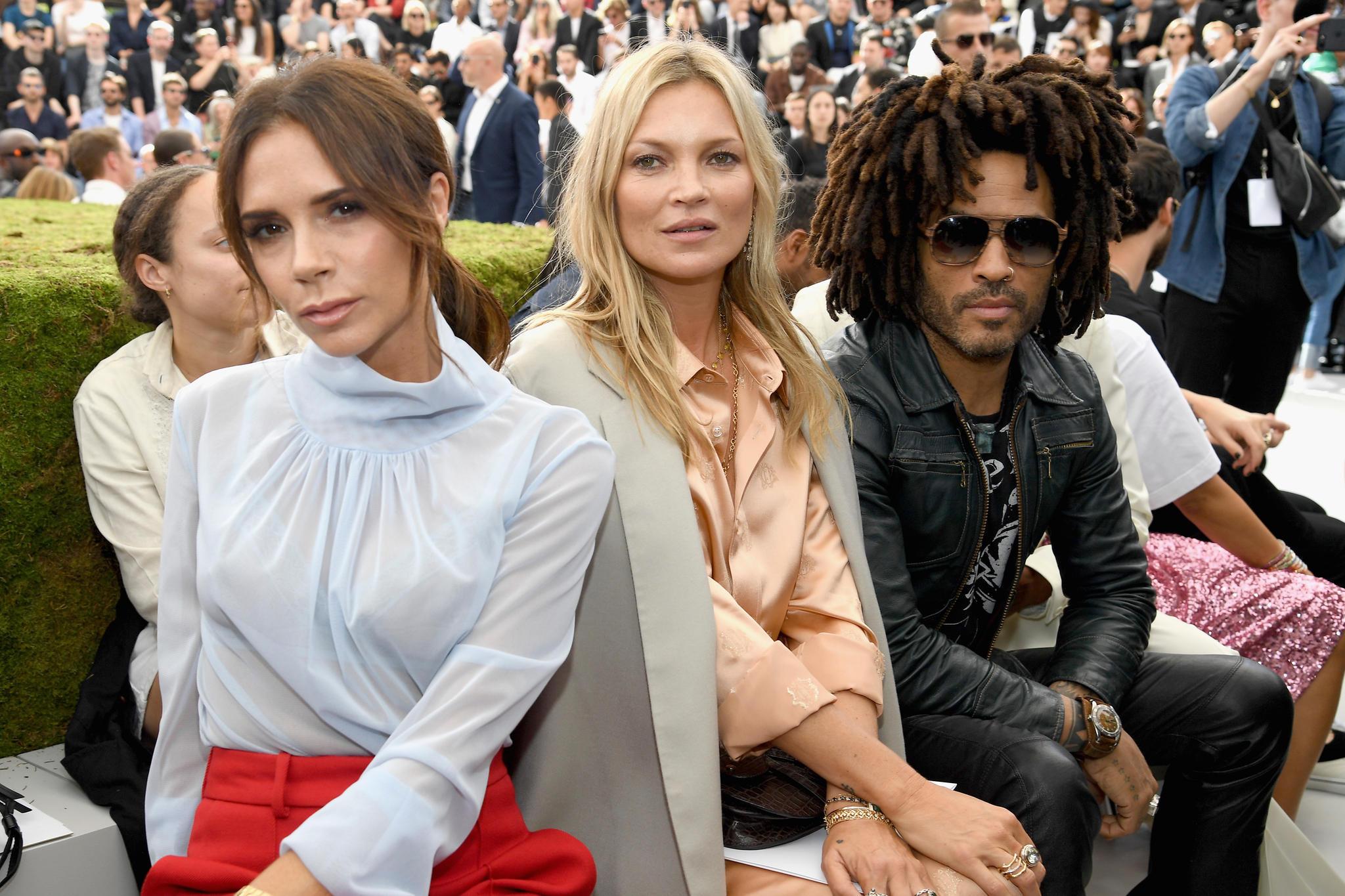 Bei Dior sitzt Victoria Beckham einmal selber in der Front Row.