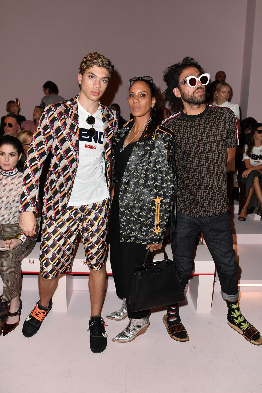 Zusammen mit ihren Söhnen Amadeus und Noah ist Barbara Becker in Mailand unterwegs. Sie zeigt es als cooles Trio in die Front Row von Fendi.